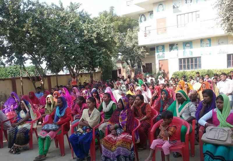 नागेपुर में महिला जागरूकता अभियान में जुटी महिलाएं