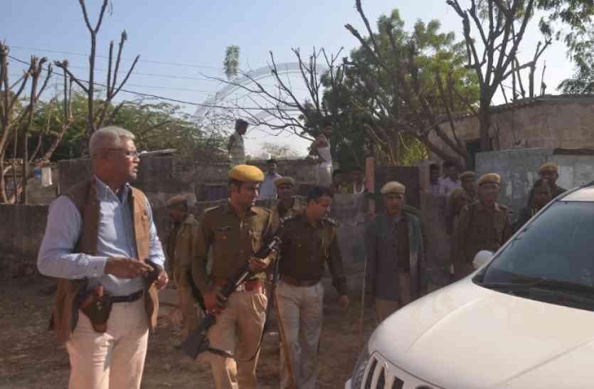 छत पर आरोपित, पिस्टल ताने पुलिस, दिन-दहाड़े फिल्मी स्टाइल में गिरफ्तारी
