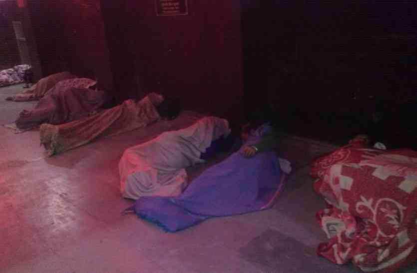 एसडीओ को सर्द रात में ठिठुरते मिले यात्री
