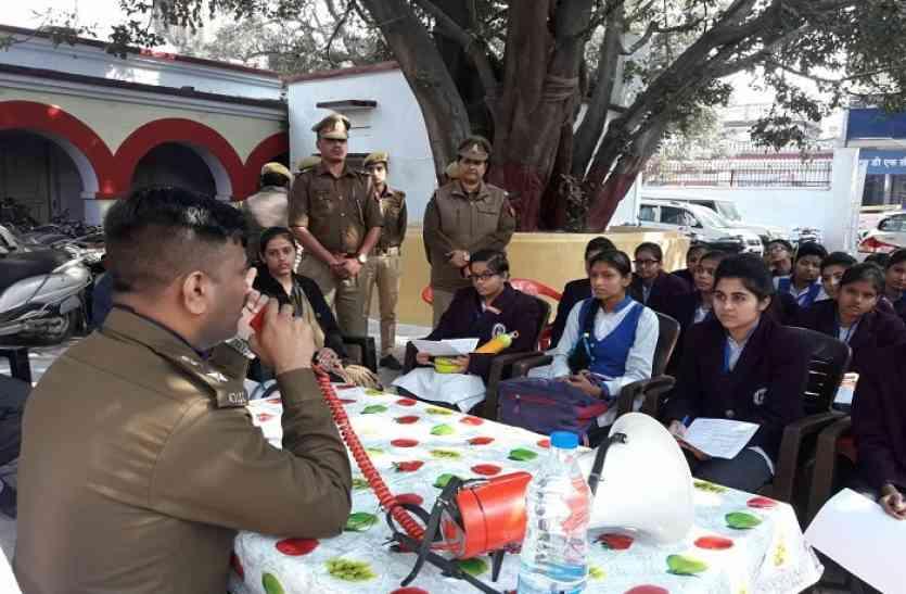 हिफाजत के लिए 24 घंटे तत्पर रहेगी पुलिस, छात्राओं का किया मार्गदर्शन