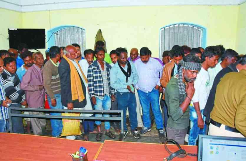 जुआफड़ पर लगा रहे थे दांव, 61 जुआरी गिरफ्तार