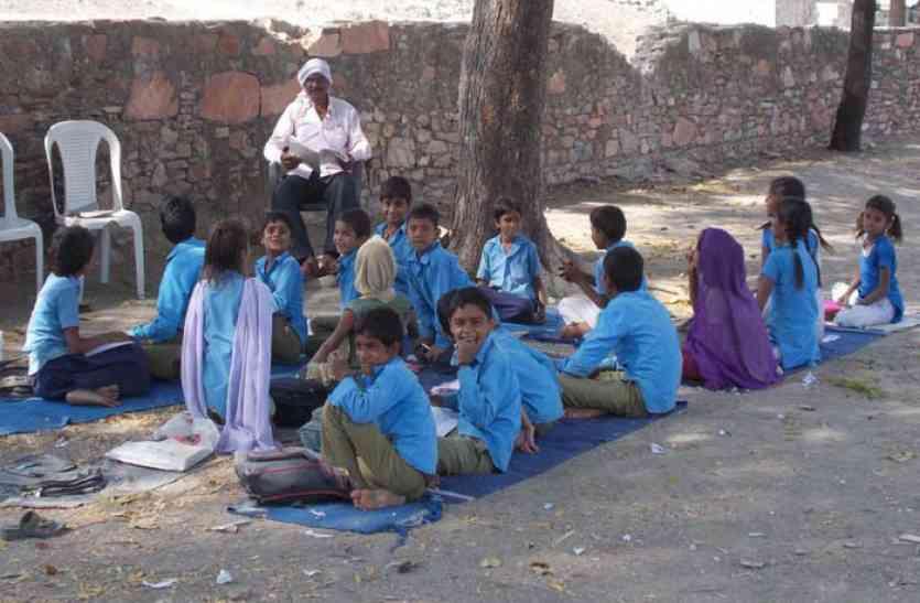 विद्यालय का भवन जर्जर, हादसे की आशंका से खुले में पढ़ रहे विद्यार्थी