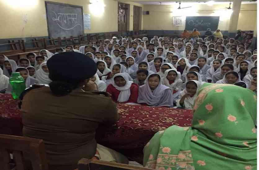 मदरसा छात्राओं के सवाल पर जब पुलिस अफसर नहीं रोक पाए हंसी