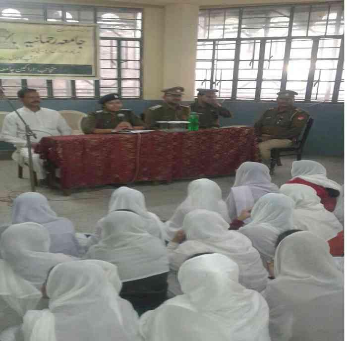 मदरसा छात्राएं और पुलिस अफसर