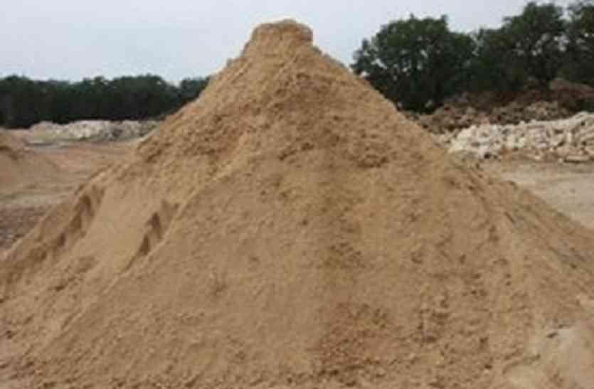 रेत का अवैध परिवहन करने वाले वाहनों से चढ़ रही गरीबों की बलि