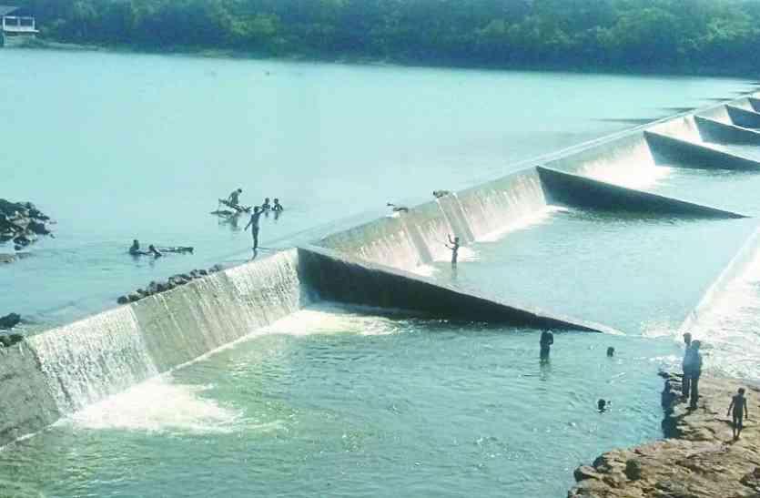 चेकडेम एवं जलस्रोतों में आया भरपूर पानी