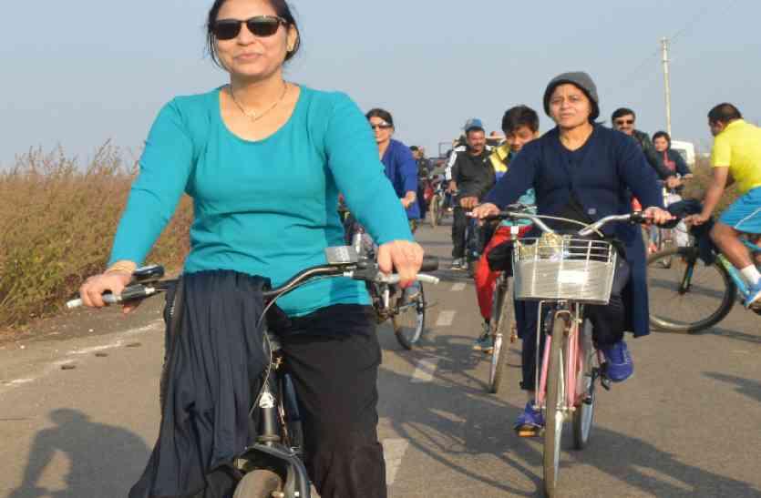 इस आईएएस के साथ साइकिल से पहाडिय़ों में चले सैकड़ों शहरवासी, गजब की है पहल