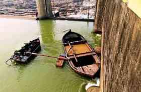 तापी नदी पर बने काकरापार डेम के दरवाजे से टकराई बोट
