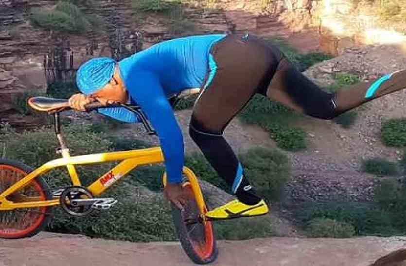 ये दादा जी जमीन पर नहीं बल्कि 300 फिट ऊंचाई पर जाकर करते हैं योगा, वो भी साइकिल पर
