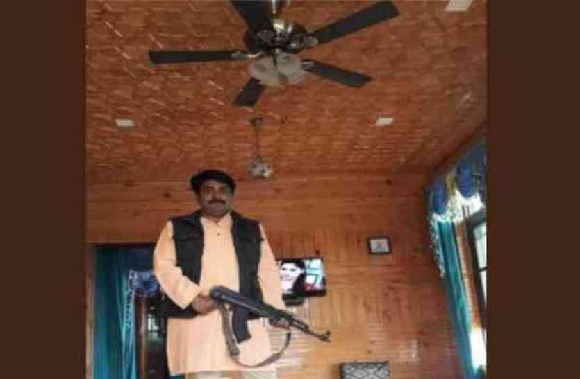 जम्मू-कश्मीर में बीजेपी प्रदेश उपाध्यक्ष ने AK-47 के साथ डाली फोटो, हुआ विवाद