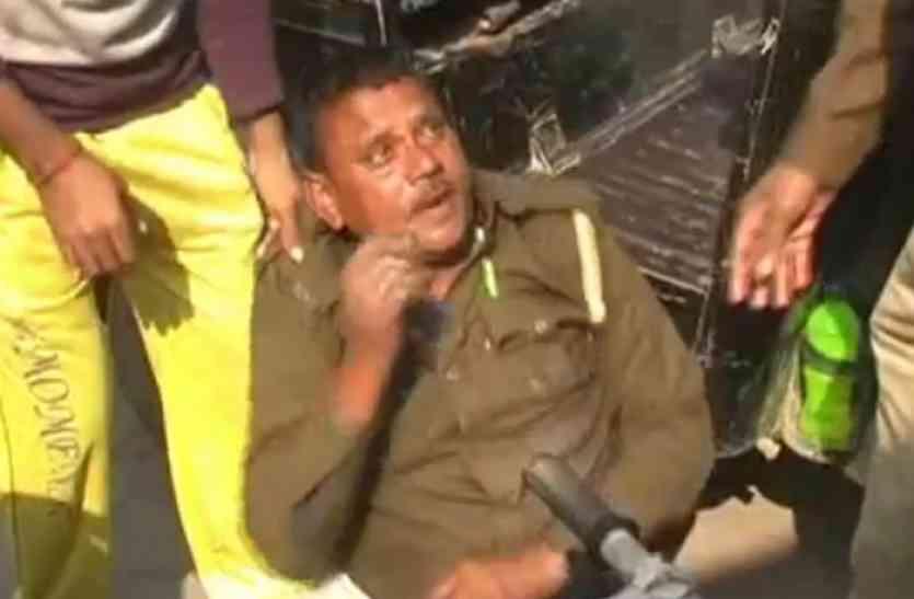 इस पुलिसकर्मी की यह हरकत देखने लग गई भीड़, अब वीडियो हो रहा वायरल...