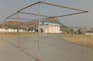 खेल स्टेडियम में ट्रेक के सीने पर जश्न के झण्डे