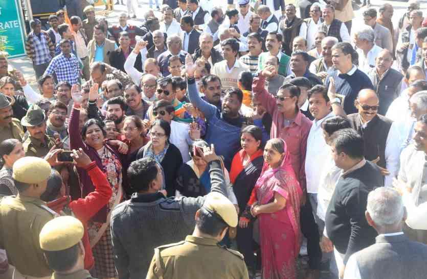 उदयपुर में कांग्रेस का कलक्ट्रेट पर प्रदर्शन, कर्मचारियों की सुनवाई नहीं होती, सरकार लगी है सम्पत्तियां बेचने में