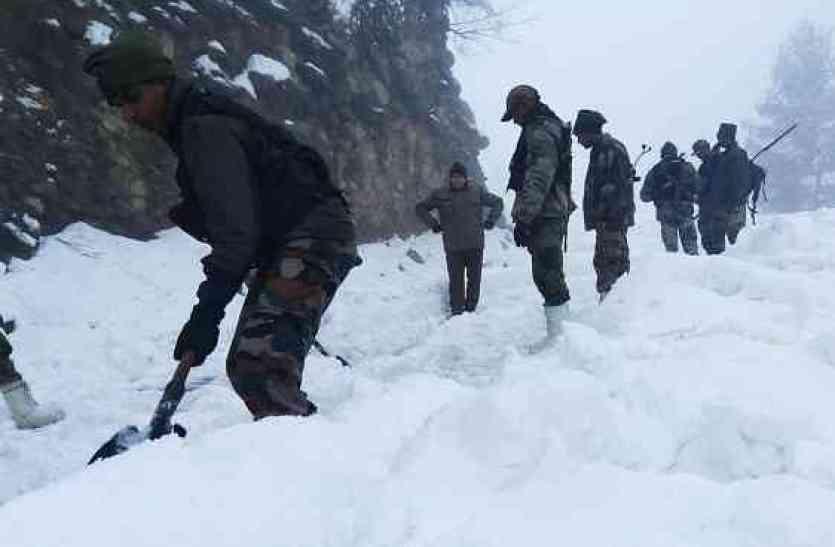 तस्वीरों में देखिए किस तरह अपनी जान पर खेल कर ग्रामीणों को बचाने में जुटे सेना के जवान