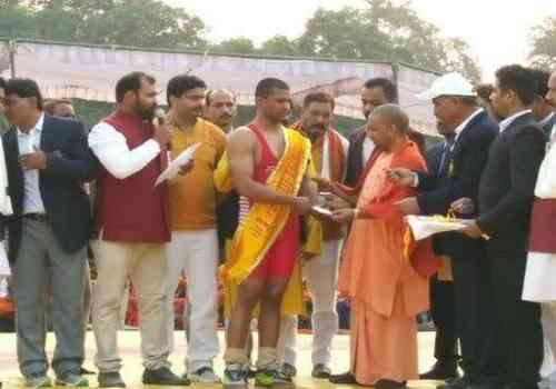 UP Kesari Ramashankar and Yogi Adityanath