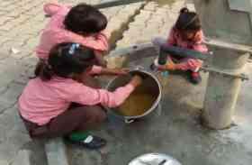 सरकारी स्कूल में बच्चों से धुलवाए जा रहे बर्तन