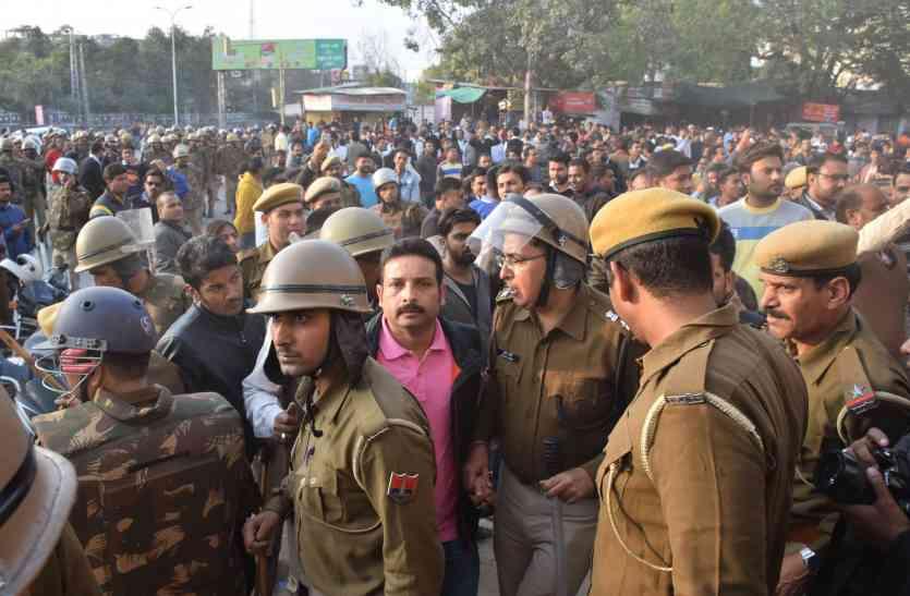 video: उदयपुर में धारा 144 निषेधाज्ञा के दौरान उपद्रव में एएसपी की पिटाई हुई वीडियो में कैद, अब हुआ वायरल
