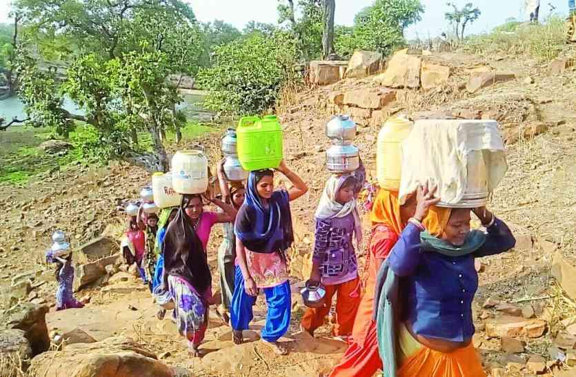 मध्यप्रदेश के इस गांव के लोग पानी पीने के लिए वो करना पड़ता है जो आप सोच भी नहीं सकते