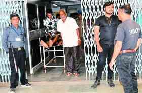 न्यू सिविल अस्पताल में हथियार से लैस पुलिसकर्मी और बाउंसर तैनात