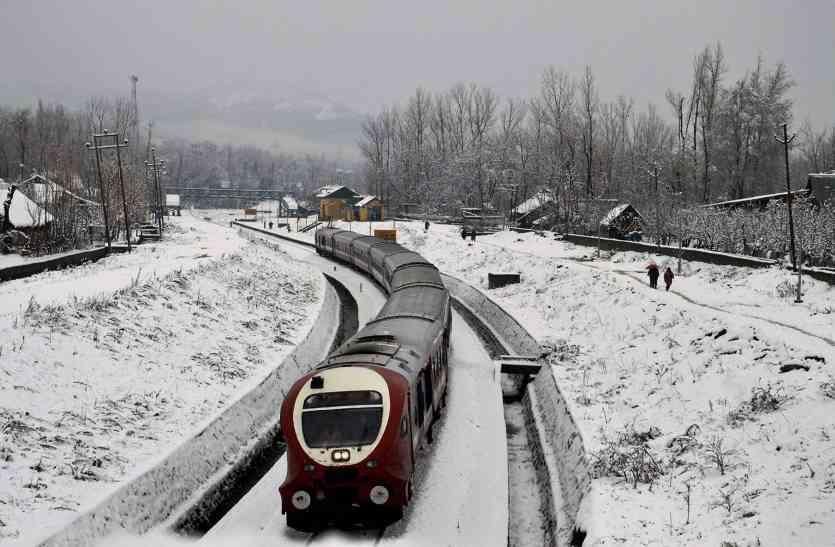 Video: कश्मीर घाटी में बर्फ पर दौड़ रही ट्रेन, पर्यटक के चेहरे खिले