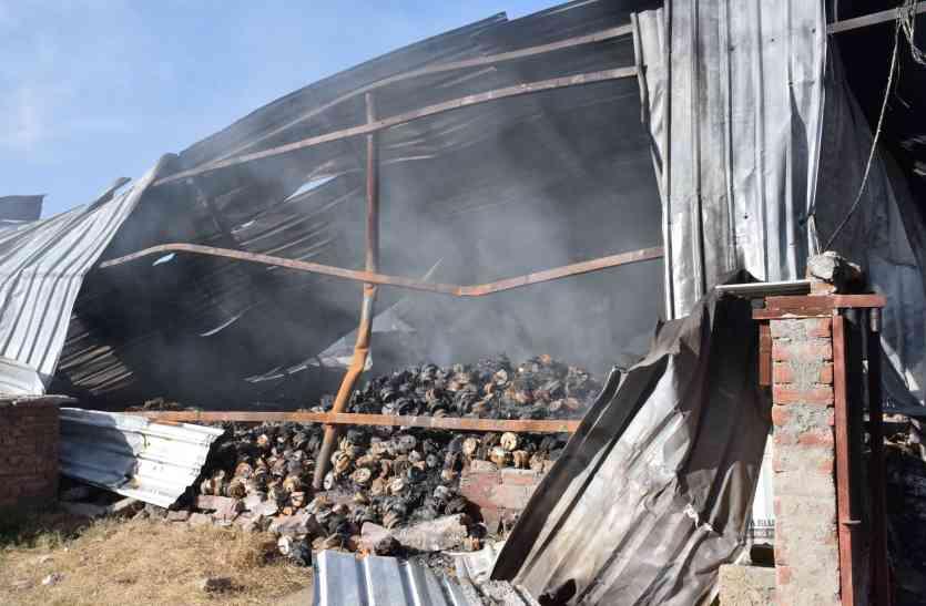कूलर फैक्ट्र्री में आग : दमकलाेें ने लगाए 60  फेरे फिर भी  राख के नीचे दबे अंगारे देर तक उगलते रहे धुआं