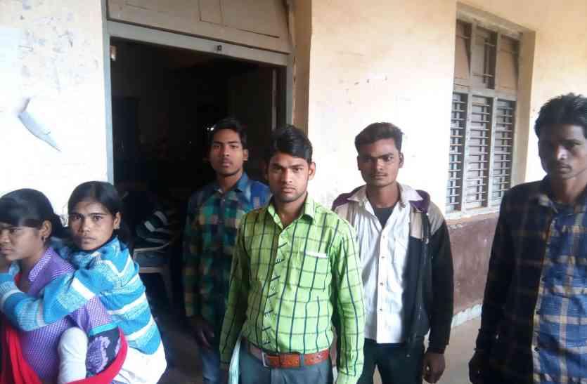 कॉलेज में फार्म जमा करने भटक रहे छात्र