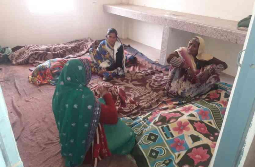 नसबंदी के बाद जमीन पर लिटाईं महिलाएं, शिकायत करने पर सीएमएचओ ने दी धमकी