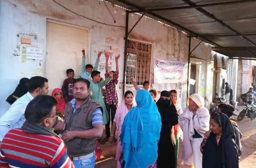 पांच दिन से नहीं आई बिजली तो महिलाओं ने लगाया बिजली घर पर ताला
