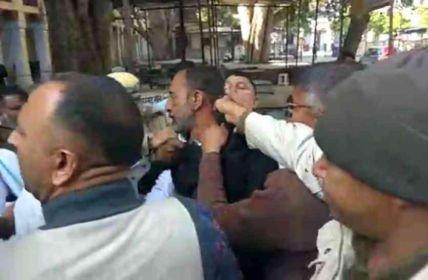 मंत्री पुत्रों को सरकारी सुरक्षा का कवच, पीडि़त युवक के पिता ने किया आत्मदाह का प्रयास