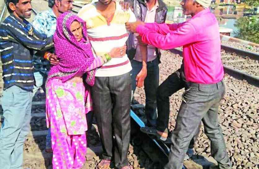मां-बेटा रेलवे ट्रैक पर पहुंचकर करने वाले थे ये काम,देखने वालों के उड़े होश फिर ऐसे रूके दोनो
