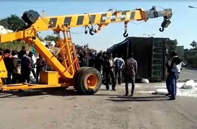 video- उदयपुर में ट्रक पलटा, दबने से 4 की मौत, इस वजह से हुआ ये हादसा