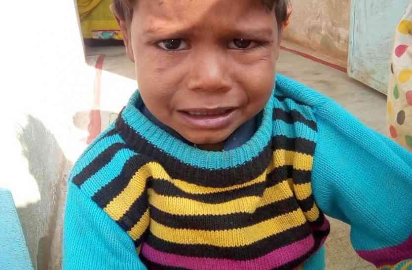 घर के बाहर बैठे बच्चे को घसीट कर ले गया  *****