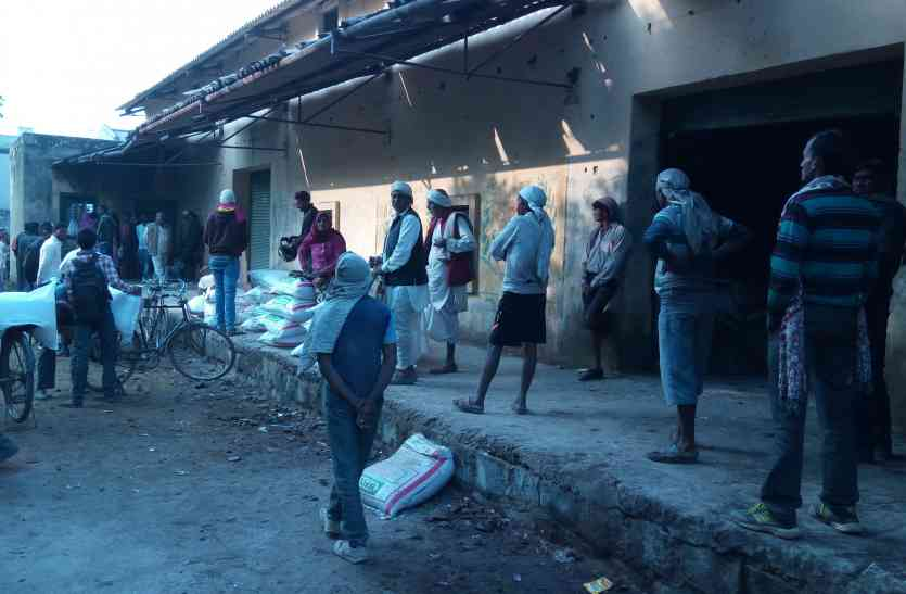 खाद की ऐसी किल्लत, किसान परिवार को भी ला रहा है साथ