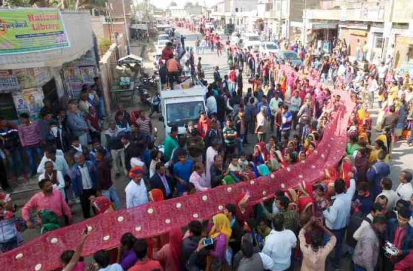 Pics: ढाई किलोमीटर लंबी चुनरी पदयात्रा में दिखे आस्था के रंग- तो जयकारों से गूंजा पूरा शहर