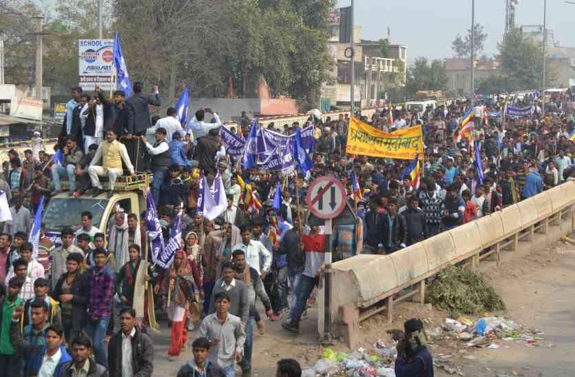 अम्बेडकर मूर्ति विवाद: हजारों लोगों ने रैली निकाली, जताया विरोध