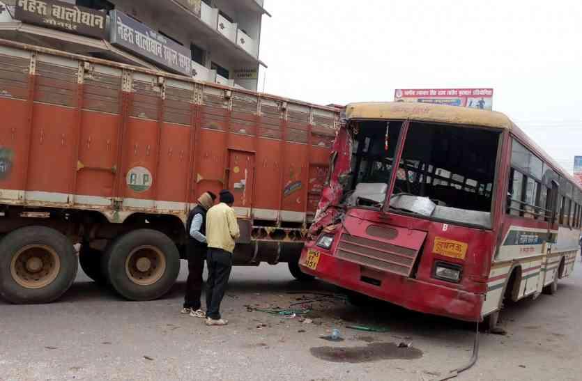 यूपी के जौनपुर में भीषण सड़क हादसा, यात्रियों से भरी बस की ट्रक से सीधी टक्कर