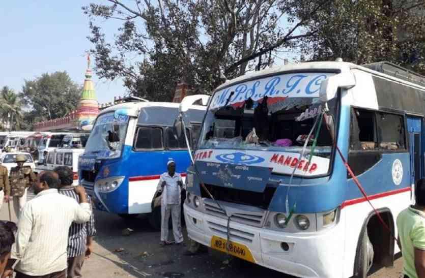 बसों के कांच फोड़े, शहर में अफरा-तफरी का माहौल, पुलिस ने बढ़ाई सुरक्षा