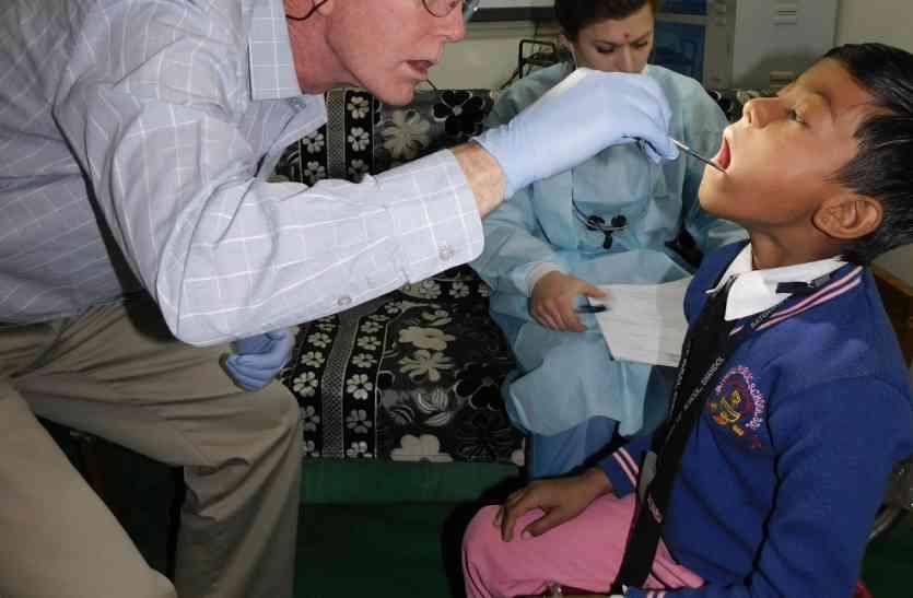 अमेरिकन डॉक्टरों ने इलाज किया फिर सेल्फी ली