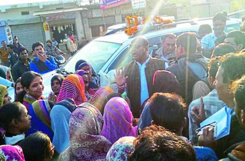 इस बात पर नाराज हुईं महिलाएं तो बैंक में डाल दिया ताला, मंत्री पहुंचे तब जाकर मैनेजर को निकाला बाहर