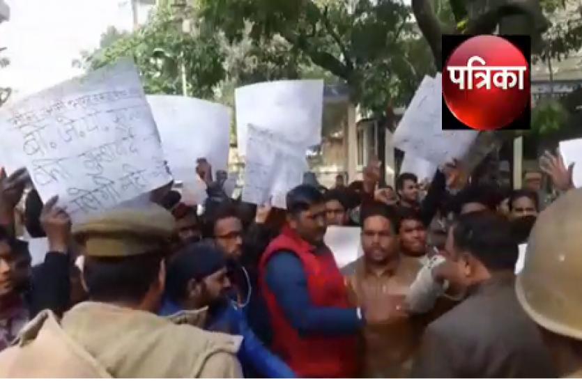 महाराष्ट्र में दलितों के खिलाफ हिंसा पर UP में भीम आर्मी सेना का जबर्दस्त प्रदर्शन, देखें Video