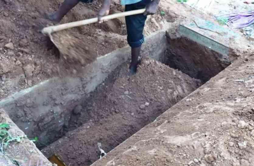 13 दिनों पूर्व दफ़नाए गए शव को कब्र से खोदकर निकाला, कारण जानकर मच गई सनसनी