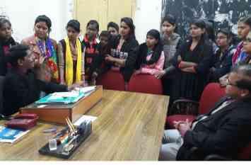 उधर कॉलेज छात्राओं ने किया प्रदर्शन तो इधर राजस्थान शिक्षक महासंघ ने कलक्ट्रेट पर दिया धरना