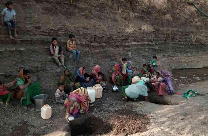 नदी में गड्ढा कर पानी तलाश रहा पूरा गांव