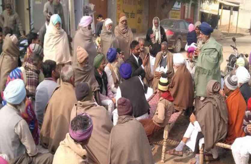 आवार पशुओं से परेशान ग्रामीणों ने सरकार पर लगाए अनदेखी के आरोप, गांव में सभा कर कही ये बात...