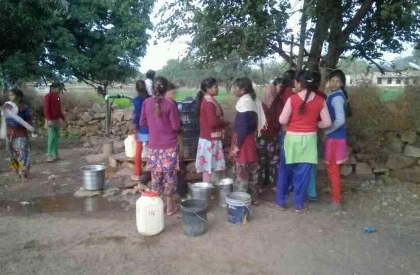 आईएसओ अवार्ड विनर छात्रावास की बेटियां खेतों से भर रही पानी