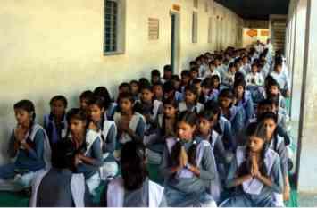 शिक्षकों की कमी के चलते सरकारी स्कूलों में  गणित के शिक्षक को पढानी पड़ेगी हिंदी