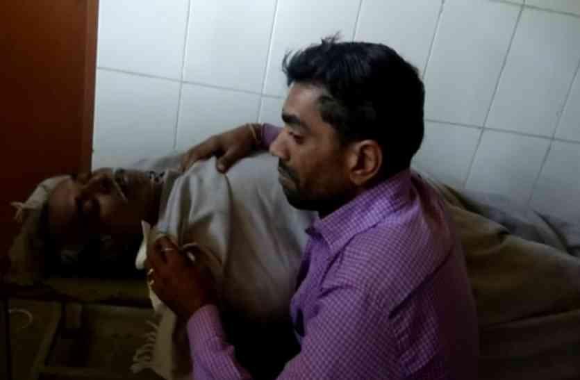 जहरीले कीड़े के काटने से किसान की मौत, पीएचसी में नहीं मिले डॉक्टर, तो भड़के ग्रामीणों ने किया हंगामा