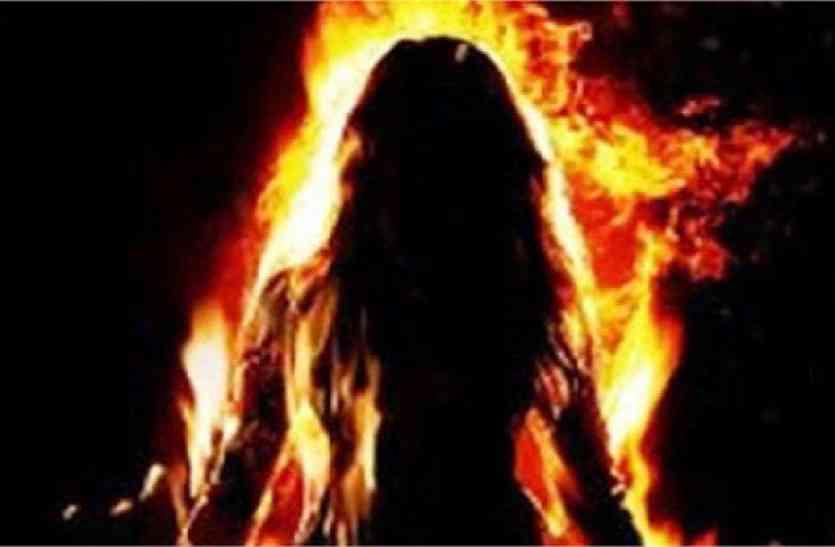 पत्नी ने पति को चारपाई से बांध किया आग के हवाले, पति ने भी...