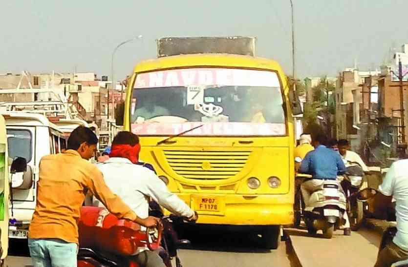 अब नहीं जागे तो यहां भी हो सकता है इंदौर जैसा हादसा, स्कूली बसों की हालत देखकर होश खो देंगे