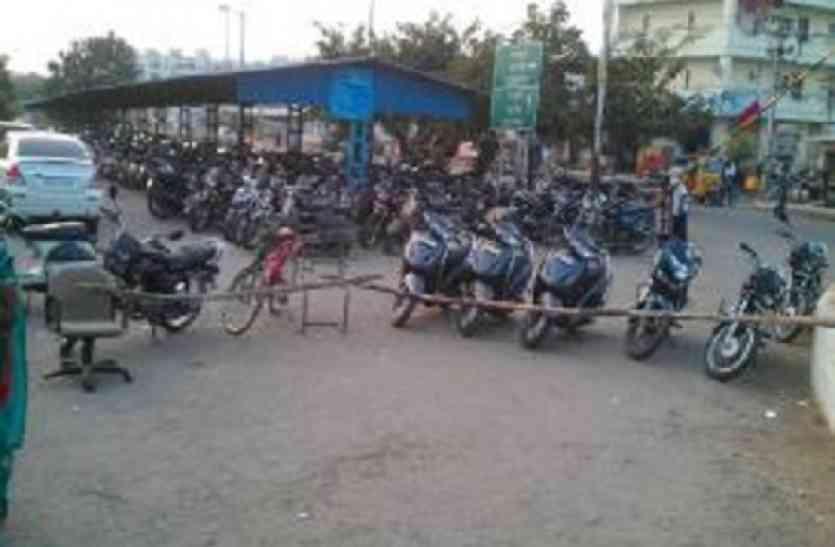 दस रुपए बचाने के चक्कर में हजारों की बाइक्स गंवा रहे लोग